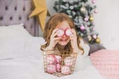Niña el mañana de la Navidad en el interior casero Imagenes de archivo