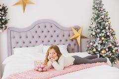 Niña el mañana de la Navidad en el interior casero Foto de archivo libre de regalías
