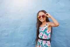 Niña elegante con las gafas de sol Imagen de archivo