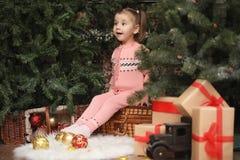 Niña en atmósfera de la Navidad del ` s del Año Nuevo La muchacha es happ Imagen de archivo libre de regalías