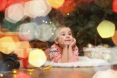 Niña en atmósfera de la Navidad del ` s del Año Nuevo La muchacha es happ Fotografía de archivo libre de regalías