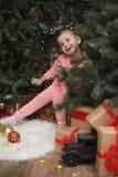 Niña en atmósfera de la Navidad del ` s del Año Nuevo La muchacha es happ Fotografía de archivo