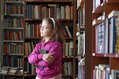 niña en biblioteca Fotos de archivo