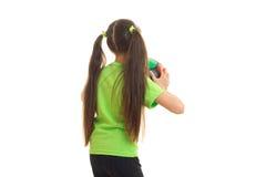 Niña en camisa verde con el balón de fútbol Fotografía de archivo