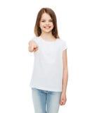 Niña en camiseta blanca en blanco que señala en usted Fotos de archivo