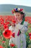 Niña en campo rojo de la amapola Imágenes de archivo libres de regalías