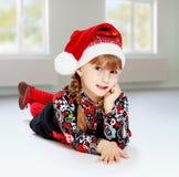 Niña en cerveza inglesa del sombrero de Papá Noel una lección Fotos de archivo libres de regalías