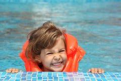 Niña en chaleco inflable en piscina Imagen de archivo