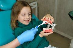 Niña en clínica dental imagen de archivo