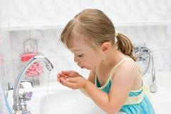 Niña en cuarto de baño foto de archivo libre de regalías