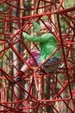 Niña en cuerdas de la gimnasia de la selva Fotos de archivo