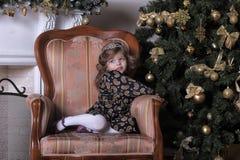 Niña en el árbol de navidad Foto de archivo