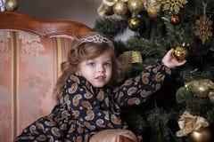 Niña en el árbol de navidad Imagen de archivo libre de regalías
