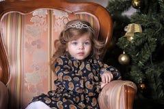 Niña en el árbol de navidad Fotografía de archivo libre de regalías