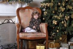 Niña en el árbol de navidad Imagen de archivo