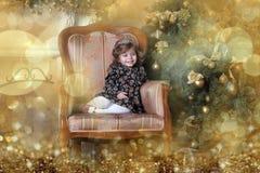 Niña en el árbol de navidad Fotos de archivo libres de regalías