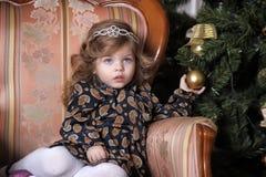 Niña en el árbol de navidad Fotos de archivo