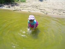 Niña en el agua en el río Foto de archivo libre de regalías