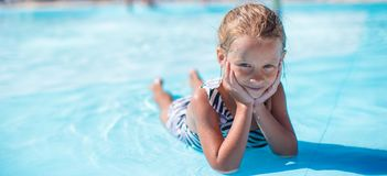 Niña en el aquapark durante vacaciones de verano Foto de archivo libre de regalías