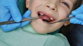 Niña en el dentista en el examen fotos de archivo libres de regalías