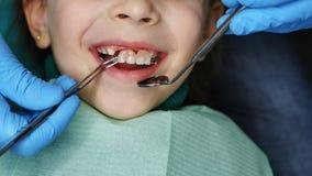Niña en el dentista en el examen foto de archivo
