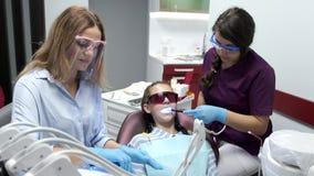 Niña en el dentista para su primera visita dental almacen de video