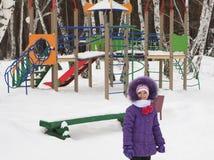 Niña en el fondo del patio de los niños Foto de archivo
