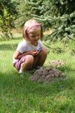 Niña en el jardín. imagen de archivo