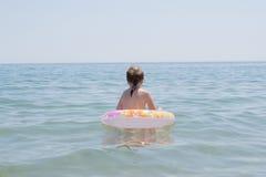 Niña en el mar foto de archivo libre de regalías