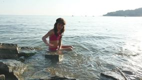 Niña en el mar El adolescente de la muchacha que se baña en niñez feliz del mar y los sueños riegan Imágenes de archivo libres de regalías