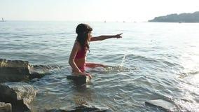 Niña en el mar El adolescente de la muchacha que se baña en niñez feliz del mar y los sueños riegan Imagenes de archivo