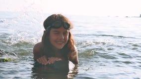 Niña en el mar Adolescente de la muchacha que se baña en niñez y sueños felices de la agua de mar Imagen de archivo