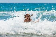 Niña en el mar en día asoleado Fotos de archivo libres de regalías