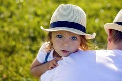 Niña en el pajar en un sombrero Imagen de archivo