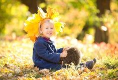 Niña en el parque del otoño Foto de archivo