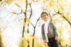 Niña en el parque del otoño Imagen de archivo