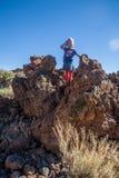Niña en el parque nacional de Teide Imagen de archivo