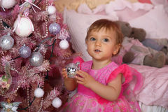 Niña en el rosa que sostiene una bola Fotografía de archivo
