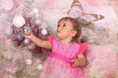 Niña en el rosa que sostiene una bola Fotos de archivo
