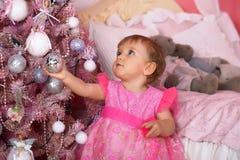 Niña en el rosa que sostiene una bola Fotografía de archivo libre de regalías