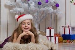 Niña en el sombrero de Papá Noel Imagen de archivo