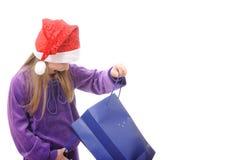 Niña en el sombrero de Santa en el fondo blanco Fotos de archivo