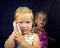 Niña en el teléfono Foto de archivo