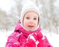 Niña en fondo del parque del invierno Foto de archivo libre de regalías