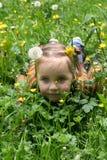 Niña en hierba Foto de archivo libre de regalías