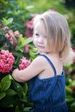 Niña en jardín Imagenes de archivo