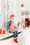 Niña en la cocina que hace las galletas Foto de archivo libre de regalías