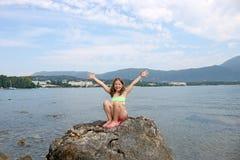 Niña en la isla Grecia de Corfú de las vacaciones Imágenes de archivo libres de regalías