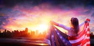 Niña en la libertad con la bandera americana imágenes de archivo libres de regalías