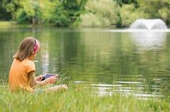 Niña en la orilla del lago Fotografía de archivo libre de regalías